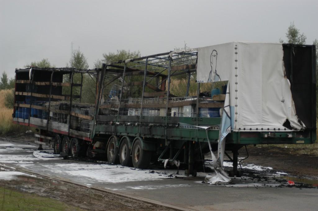 nieuwe dumpingtechniek:  oplegger vol gevaarlijk afval laten, in de fik steken en weg wezen (foto: Federale Politie)