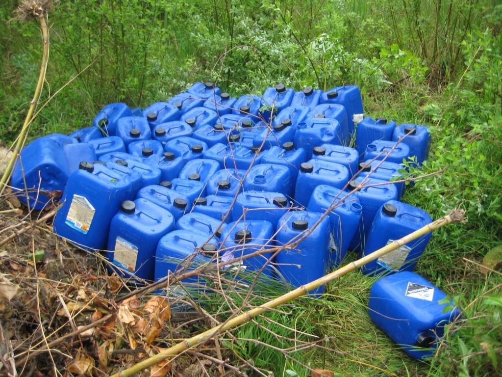 toxisch restafval van synthetisch drugslabo. Opruimen is peperduur. (foto: federale politie)