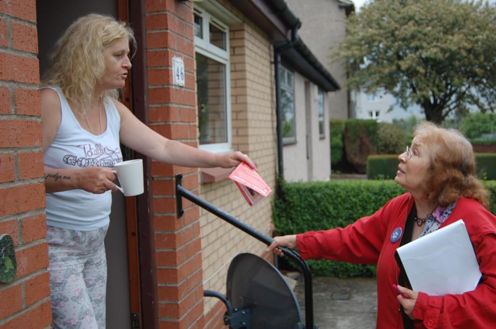 Mary McGabe probeert No-stemmer voor Yes te winnen (eigen foto)