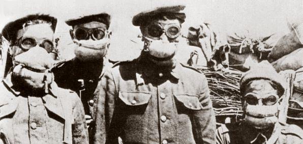soldaten met primitieve gasmaskers