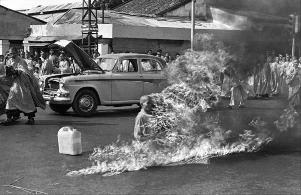 boeddhistische monnik Quan-Duc steekt zichzelf in Saigon in brand uit protest tegen militaire dictatuur. Inspiratie voor Tibetaanse activisten?  (foto:
