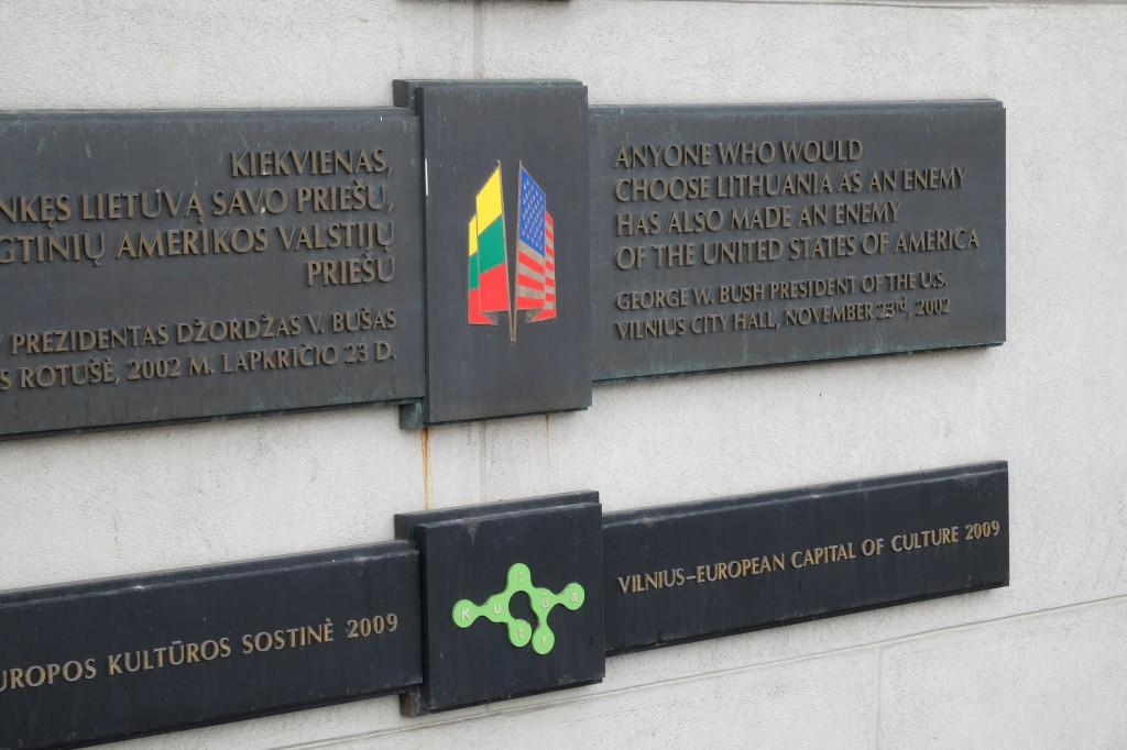 stadhuis Vilnius: boodschap president Bush  (foto: er)