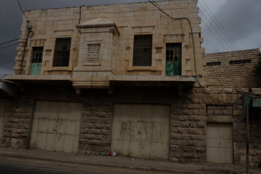 blinde etalage in een 'gesteriliseerde' straat. (foto: ER)