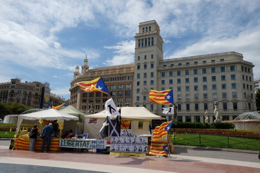 Plaza de Catalunya.  Permanent protest 'tot president Puigdemont terugkeert' (eigen foto)