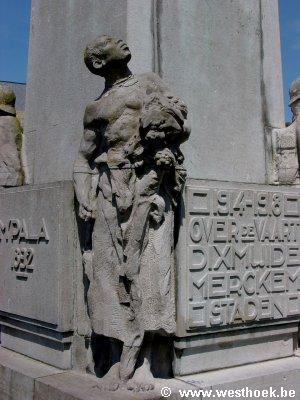 inlander kijkt bewonderend op naar Alphonse Jacques de Dixmude (foto: toerisme West-Vlaanderen)